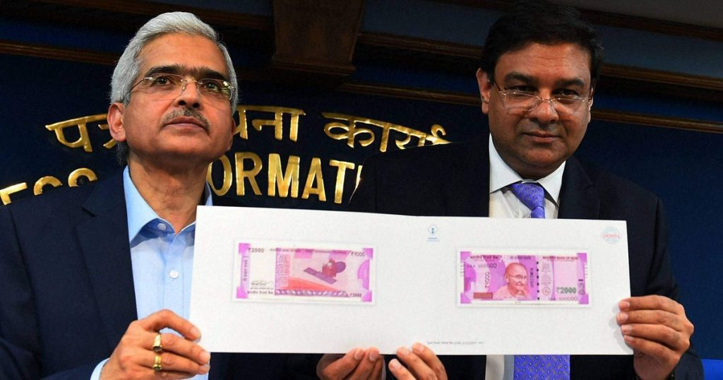 RBI Governor showing 2000 note