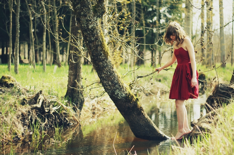beautiful-girl-traveling-alone-in-the-woods
